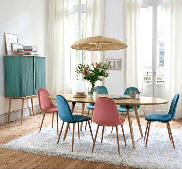 cadeiras coloridas intercaladas
