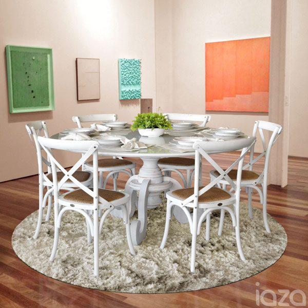 cadeiras brancas na sala de jantar