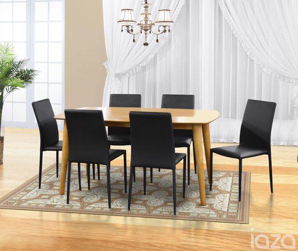 sala de jantar com cadeiras pretas