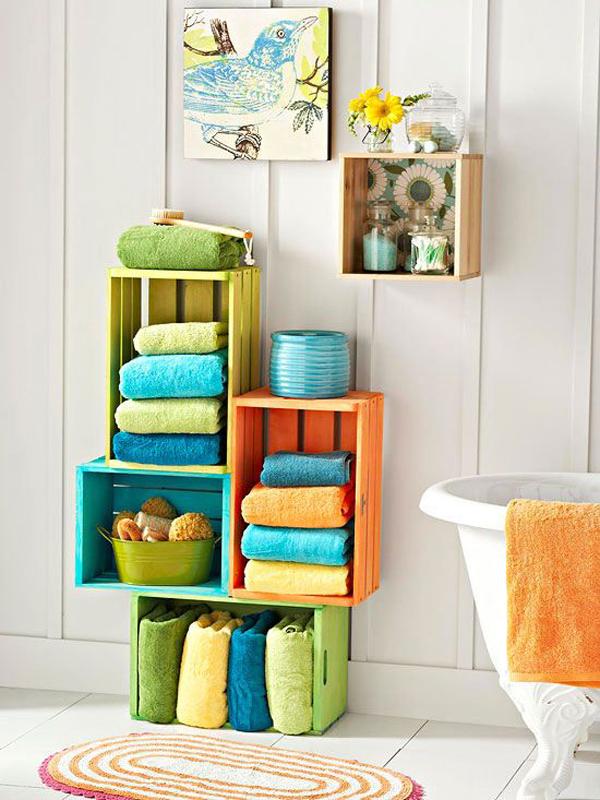 banheiro com caixotes de madeira