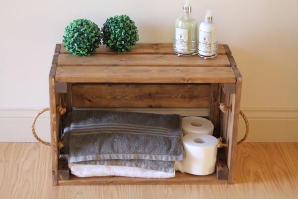 caixote de madeira no banheiro