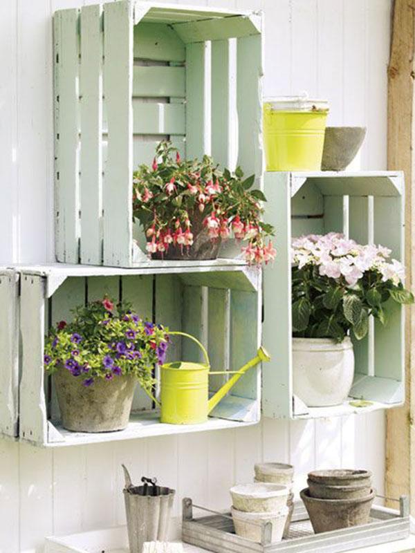 caixote de madeira com flores na área externa