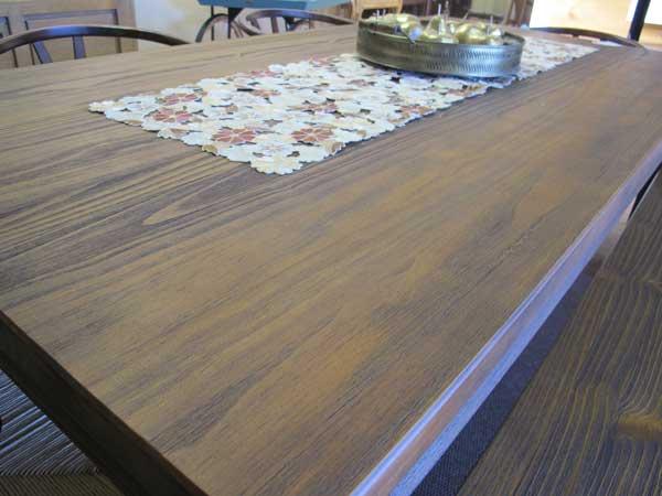 Mesa-de-jantar-de-madeira