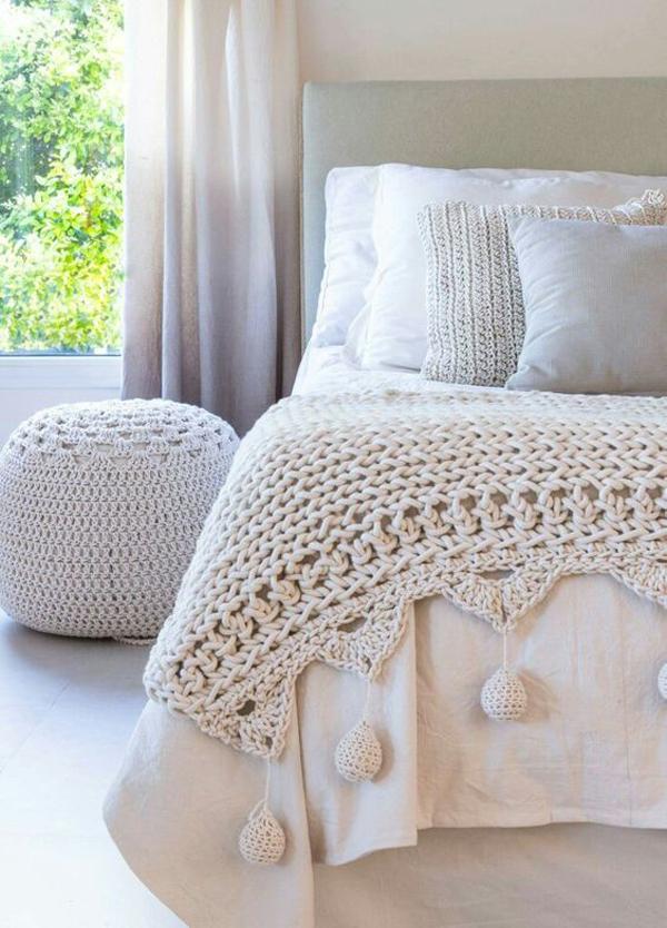 cama com crochê no quarto