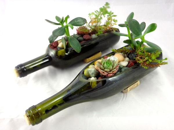 Garrafas de vinho com flores