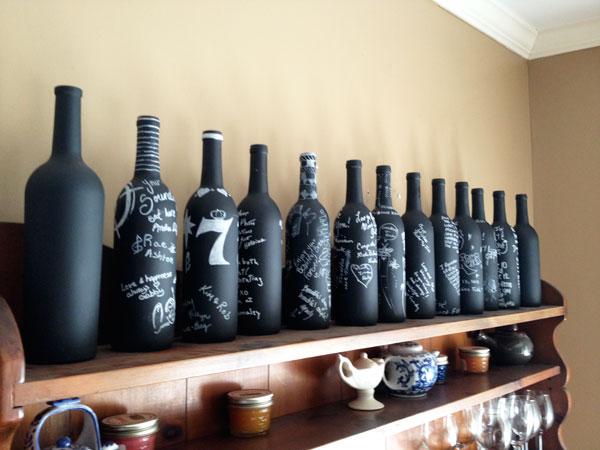 Garrafas de vinho com lousa