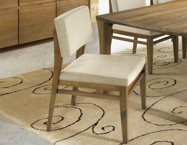 Cadeira de madeira estofada