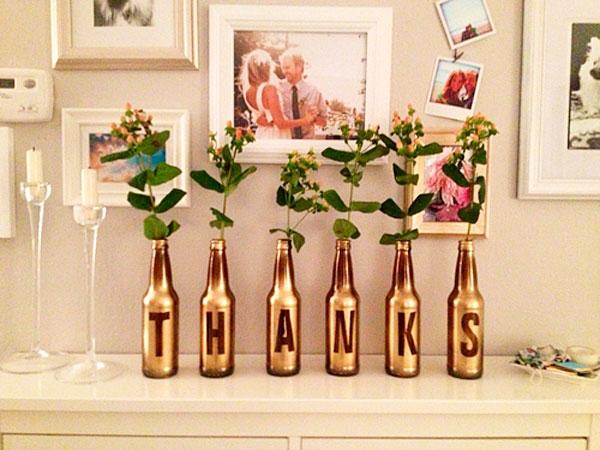 é pintar as garrafas de vinho com spray prateado ou dourado Para