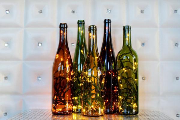 Garrafas de vinho com luzes