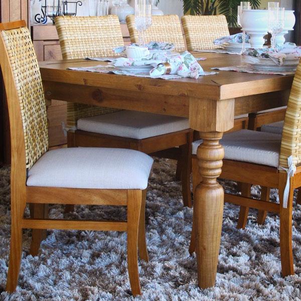 Cadeira de madeira estofada na decoração