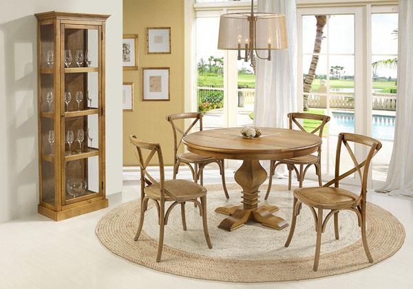 Mesa de madeira redonda com tapete