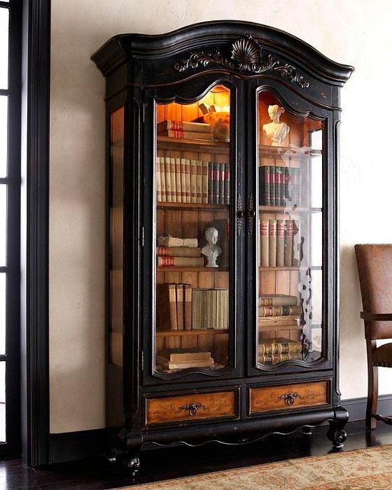 Cristaleira com livros