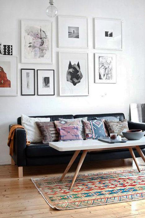 sofa com quadros na decoracao