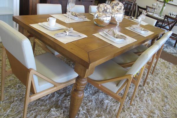 mesa de jantar com flores