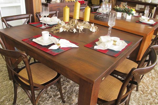 mesa de jantar de madeira no natal