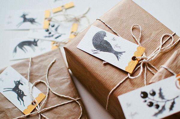 embrulhos de natal com tags