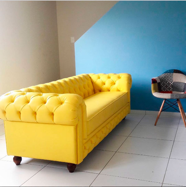 sofá amarelo a casa que a minha vó queria
