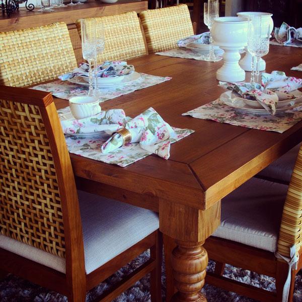 louças na mesa de jantar - Mesa de madeira maciça