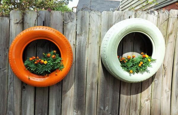 Pequeno jardim com pneus