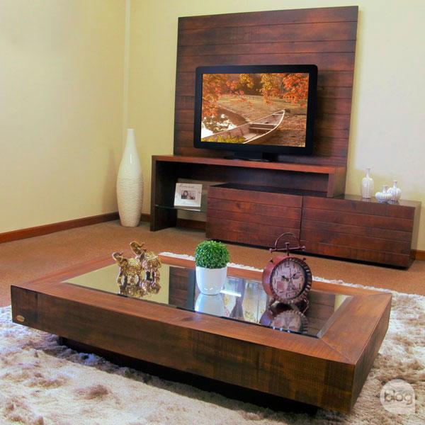 rack de madeira na sala de estar