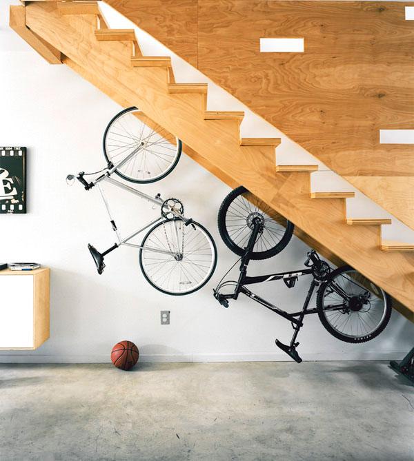 bicicleta sob escada