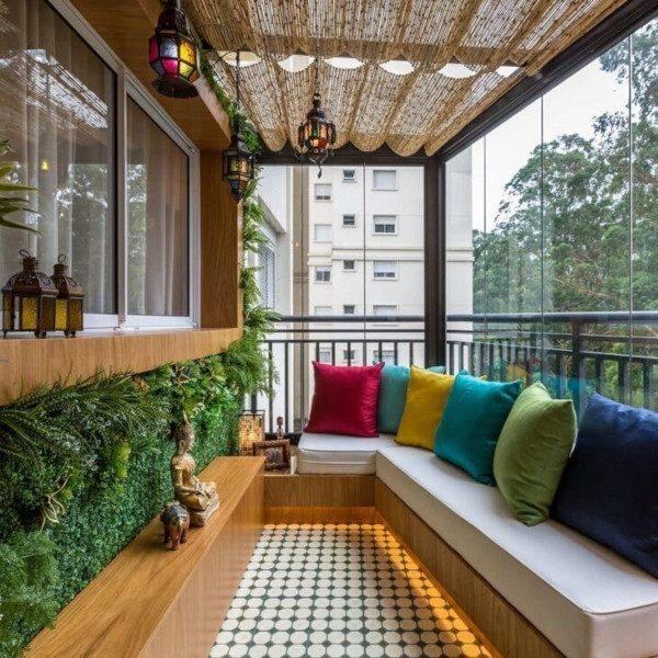 Decoração de varanda com almofadas coloridas