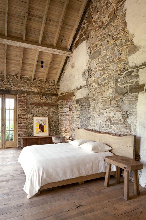 parede de pedra rústica no quarto