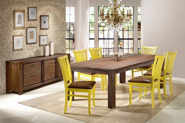Cadeira amarela de madeira maciça