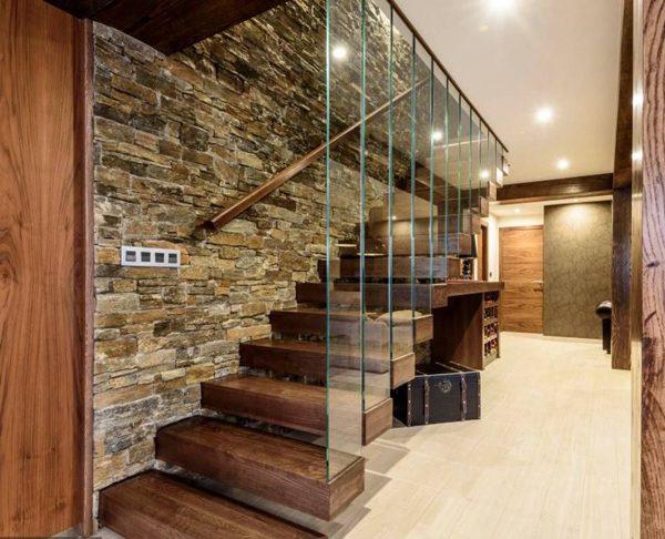 pedras na parede da escada