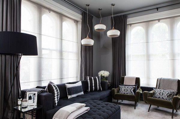 Sala de estar escura bem decorada