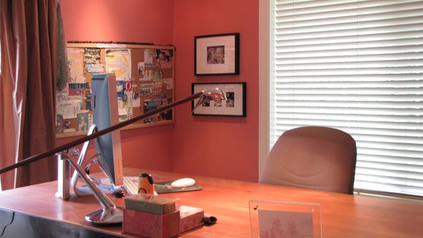 Living Coral na decoração de escritório