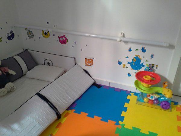 Apoio para criança quarto montessoriano
