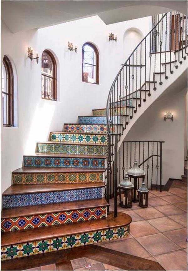 escada colorida em casa espanhola