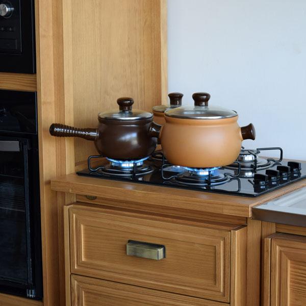 fogão cooktop na cozinha de madeira