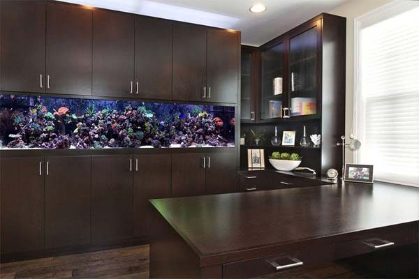 armário com aquário