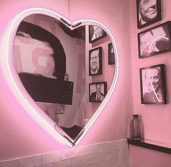 espelho com iluminação neon