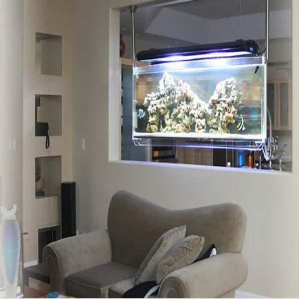 aquário suspenso na sala de estar