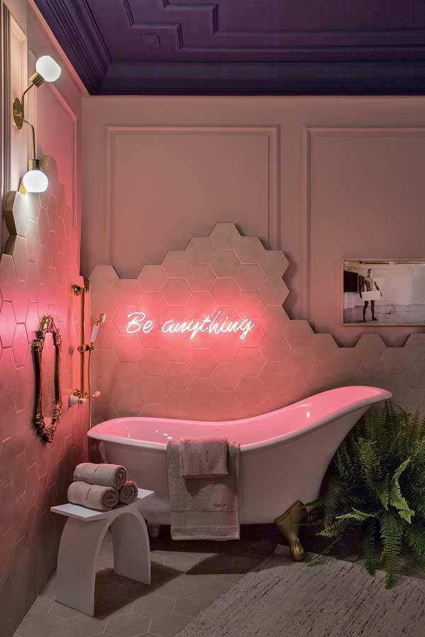 decoração neon no banheiro
