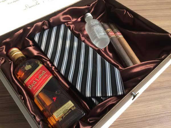 caixa convite com red label para padrinho de casamento