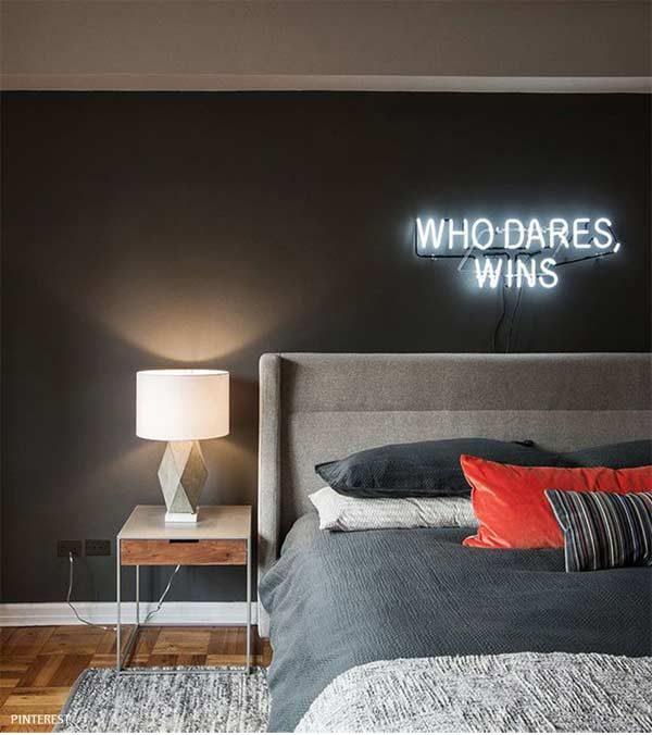 quarto com letreiro na decoração