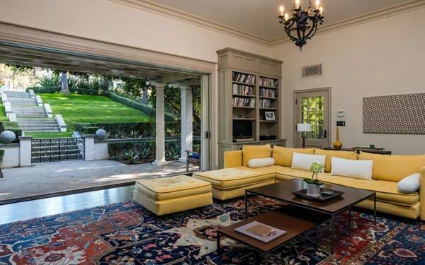 sala de estar da casa da Angelina Jolie