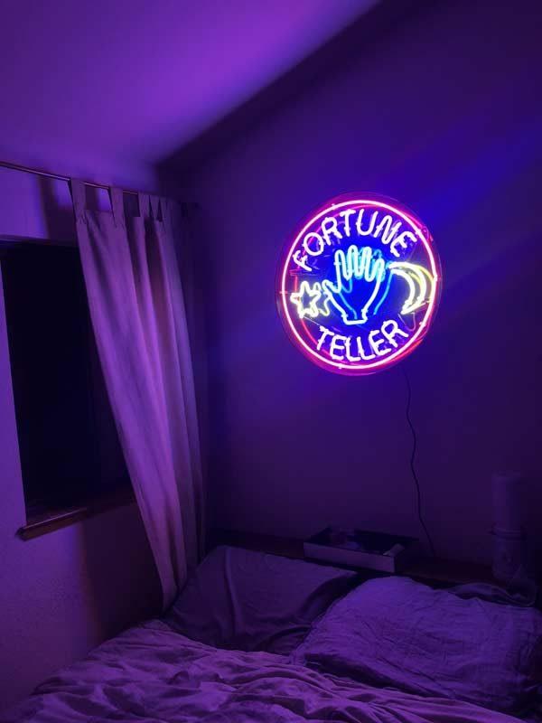 decoração neon no quarto