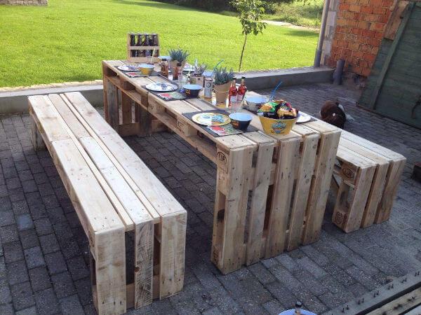 mesa de palete no jardim