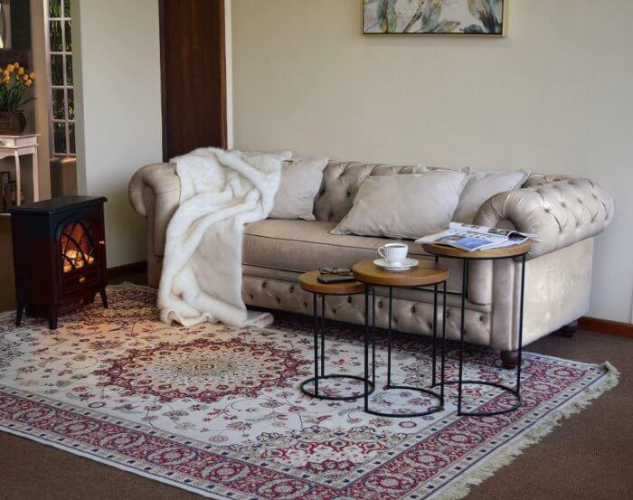 sala de estar contemporânea com madeira