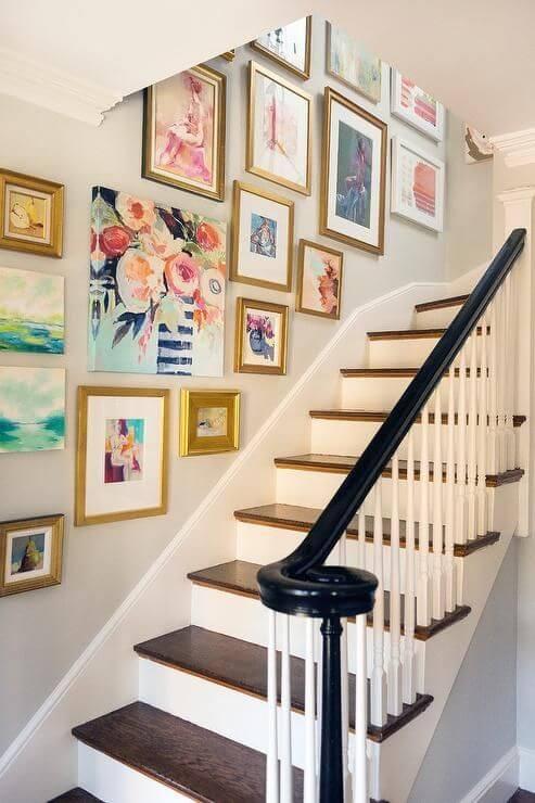 Gallery wall na escada