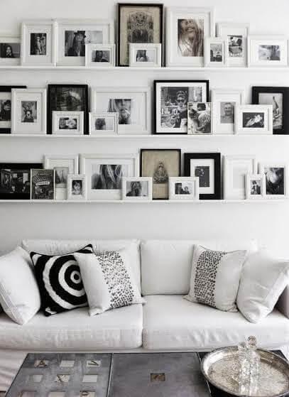 prateleira na sala com quadros