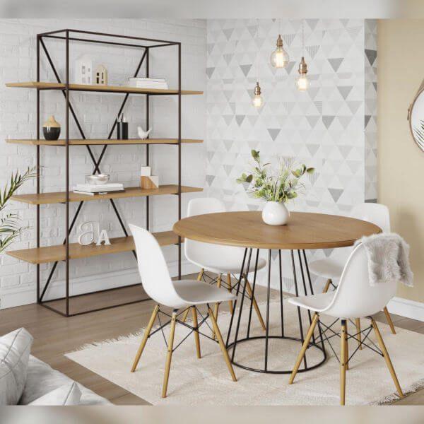 Móveis de madeira e ferro na sala de estar