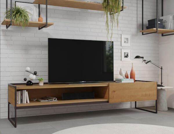 Móveis de madeira e ferro na sala de tv