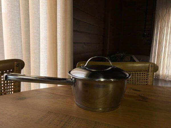 Objeto quente sobre a madeira